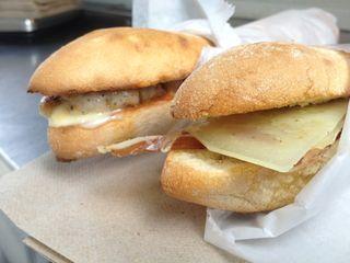 Bocatas de jamón y queso y butifarra, dos especialidades de Pepe