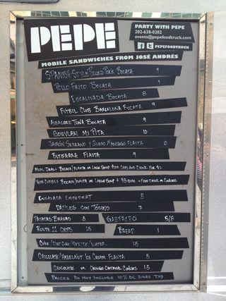 Pizarra con especialidades expuesta en la carrocería de Pepe