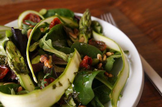 Ensalada de espinacas y esparragos verdes crudos
