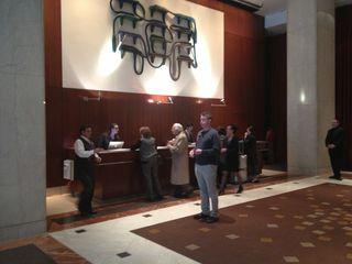 Vestíbulo del hotel Le Parker Meridien ( 4*). Detrás de la columna del fondo se encuentra la cortina roja que franquea el paso a un pasillo oscuro y al Burger Joint