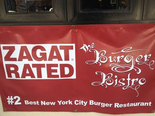 Cartelón expuesto en Burger Bistro anunciando que elaboran la segunda mejor hamburguesa de NY según la guía Zagat