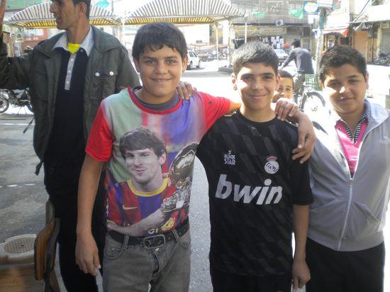Niños con las camisetas de Madrid y Barcelona en Gaza, Palestina / M. Á. Medina