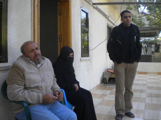 Los padres y un hermano de Ahma Abu Daqqa, en su casa / M. Á. Medina