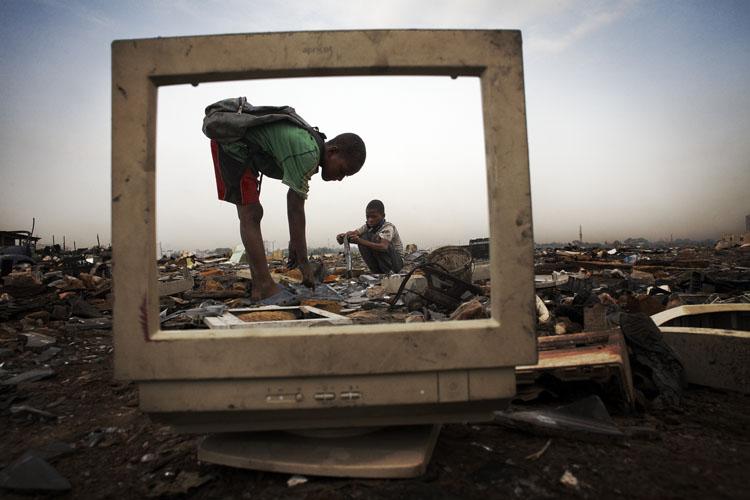 Niños trabajando en Agbogbloshie_Foto de Andrew McConnell