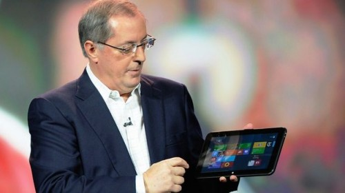 Paul Otellini, consejero delegado de Intel, muestra una tableta con Windows 8