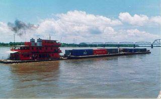 Barcaza en el río Magdalena, a su paso por Puerto Berrío