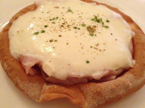 Deliciosa pizza falsa. El anillo equivale a un barquillo crujiente de pan. En el interior, tropezones pescado ahumado, tomates secos, trozos de mozzarellay puré finisimo de patata