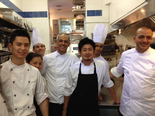 Pino Cuttaia con su equipo de cocina