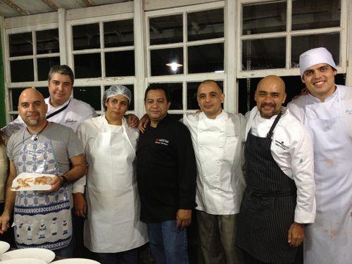 Cocineros y brigada venezolana, durante la preparación de la cena en el festival de Tiradentes, Brasil, el 31 de agosto