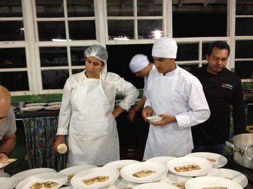 Brigada venezolana en un momento de preparación de la cena