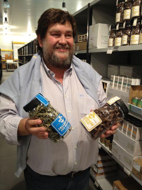 Mikel Zeberio con algunos productos en el centro de distribución de Benavente (Zamora)
