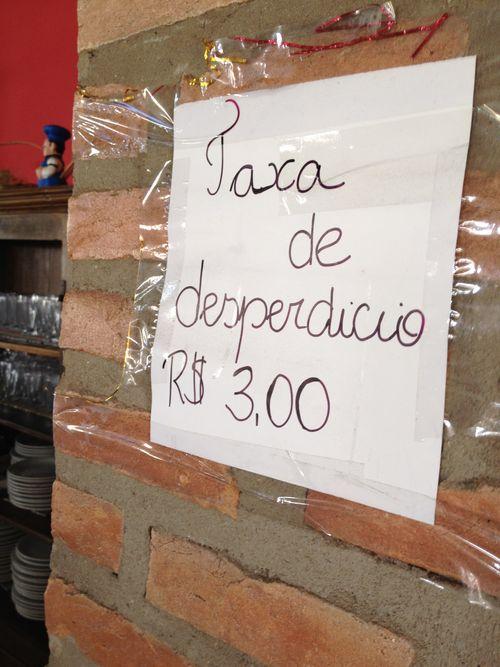 Taxa de desperdicio, que hay que abonar en un bufé de precio fijo en un restaurante de Tiradentes (Brasil). Tres reales aproximadamente 1,31 euros por platos con comida sobrante