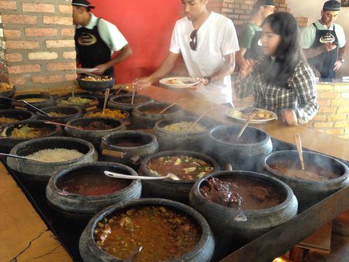 Clientes en pleno autoservicio en el delicioso bufé brasileño