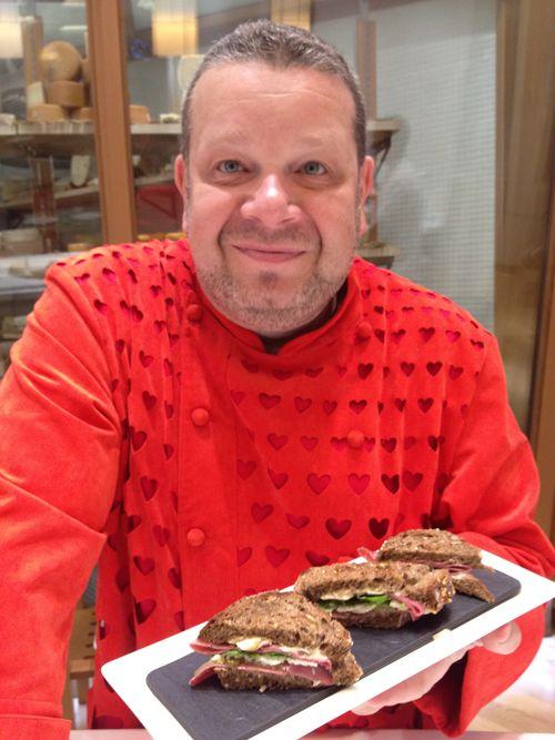 Alberto Chicote presentando su bocadillo sandwich