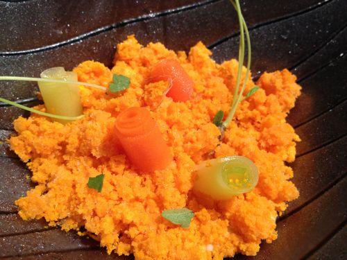 Postre vegetal, polvo helado de licuado de zanahorias, gelatina de caldo de chirivías con protozanahorias y cintas vegetales