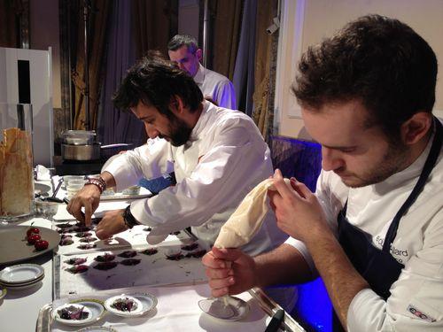 Diego Guerrero y su equipo preparando algunas de las tapas de la noche