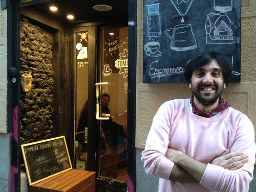 Santiago Rigoni a la puerta del local