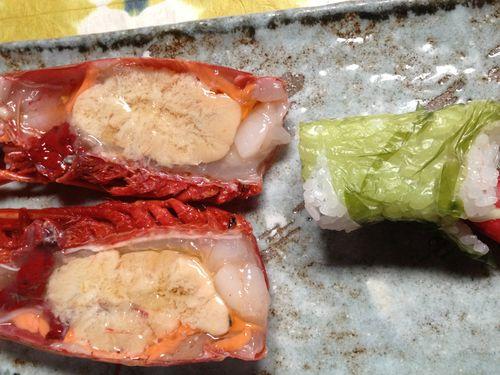 Cabezas de carabineros con un maki envuelto en lechuga de mar en lugar de la tradicional alga nori de Ricardo Sanz