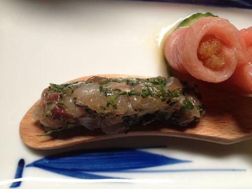 Tatataki de caballa, una suerte de tartar picado a cuchillo muy fino. Se condimenta con gengibre, negi y shiso. A su lado rollitos de atún, sashimi rellenos. Plato del chef Imada