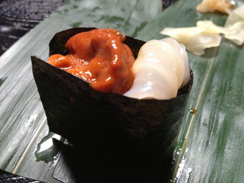 Gunkanzushi de erizos y calamar de Imada. Al parecer fue el padre de este chef el que inventó este tipo de sushi ovalado enrollado en una tira de alga nori para formar un cuenco que se rellena con diversos ingredientes