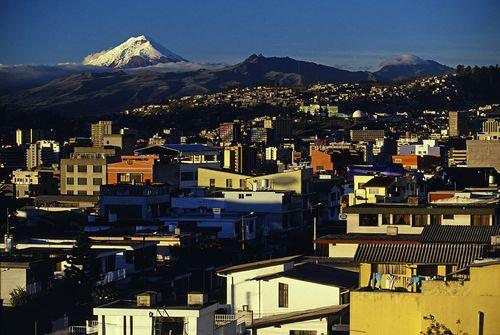 Panorámica de Quito al atardecer con el volcán Cotopaxi al fondo