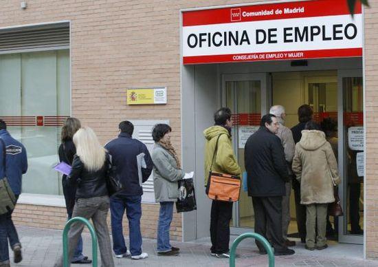 Un grupo de personas en una oficina de empleo en Madrid.  Efe