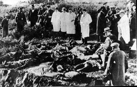 Forenses y periodistas, ante los cadáveres de Casas Viejas en enero de 1933.