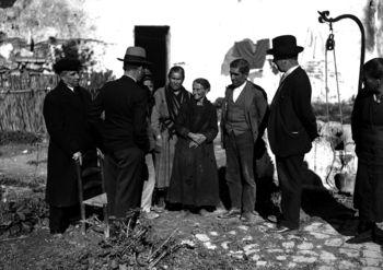 Miembros de la comisión parlamentaria, en Casas Viejas.