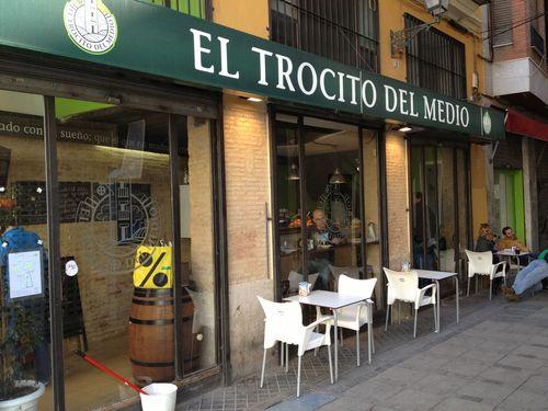 Bar El Trocito del Medio, en una esquina frente al Mercado Central