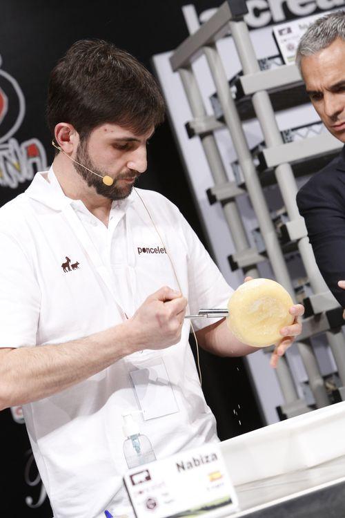Punzado de los quesos. Un método que permite extraer un mini cilindro del interior del queso y comprobar su estado de maduración. La pieza de restituye después al interior con la ayuda del mismo punzón