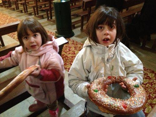 Niñas portando la rosca en la iglesia de Páganos, una pedanía de Laguardia, en la Rioja alavesa.