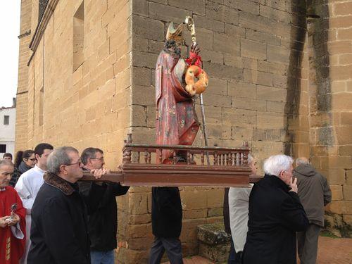 Procesión de San Blas alrededor de la Iglesia de Páganos ayer día 2 por la mañana. Como se ve el santo lleva colgada una rosca (pan femenino) del brazo