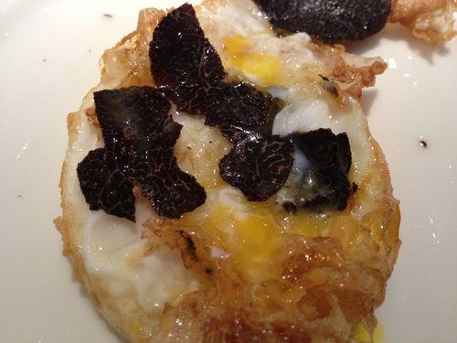Huevo frito con puntilla y con trufa, con el sello del cocinero Carmelo Bosque