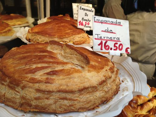 Surtido de empanadas. Masa de hojaldre y rellenos elaborados en las cocinas de la propia pastelería