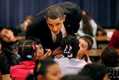 Obama visita una escuela.