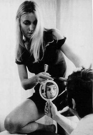 Sharon Tate y Polanski  en el espejo
