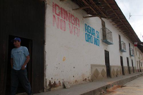 Mensajes contrarios al proyecto de explotación minera de Conga en las calles de Cajamarca (Perú).