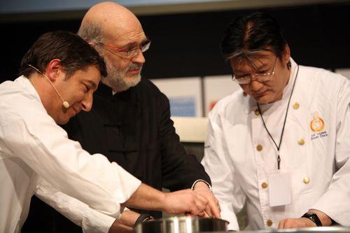 Joan Roca y el cocinero chino Da Dong durante su demostración en Madrid Fusión 2007 en presencia de Ignacio Medina