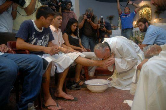 El cardenal Beergloglio lava los pies de enfermos de sida