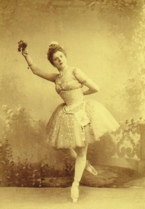 Pierina_Legnani_in_Raymonda,_act_I,_1898_II
