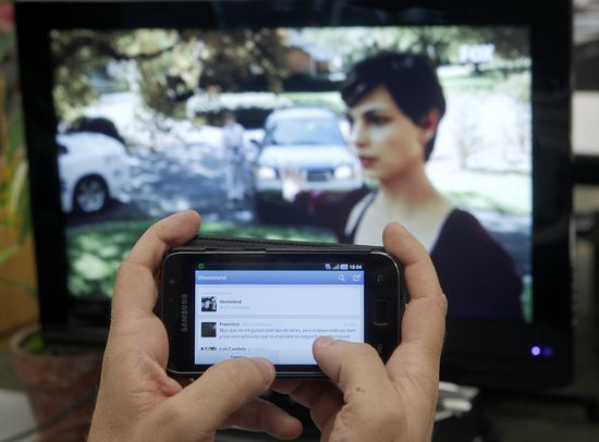 Un televidente tuitea mientras ve 'Homeland'. Foto: Uly Martín
