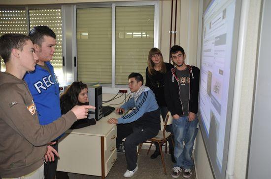 Alumnos trabajando con una pizarra digital