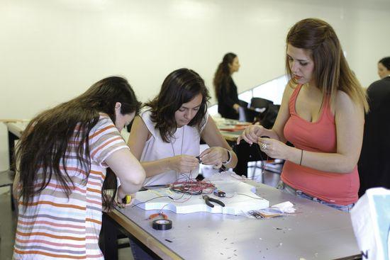 Alumnas en el laboratorio de Física