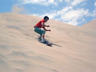 Practicando 'sandboard' en Huacachina