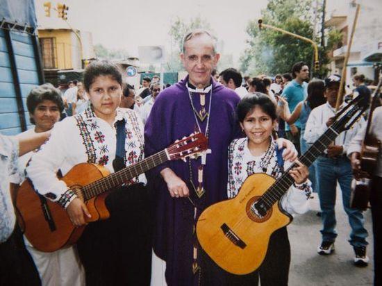El cardenal Bergoglio en una favela de Buenos Aires