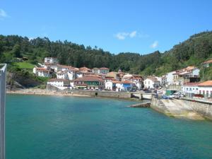Perspectiva del puerto de Tazones, donde según la tradición desembarco el emperador Carlos I al llegar a España