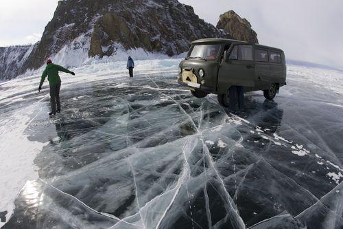 Patinaje sobre la superficie helada del lago Baikal, en Siberia (Rusia). Foto: Olivier Renck