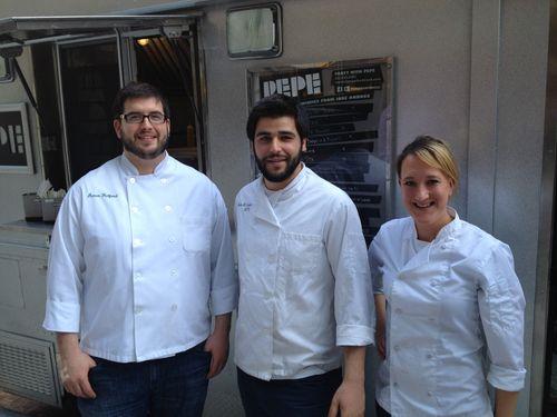 Equipo de cocineros que mantiene Pepe, la furgoneta gourmet
