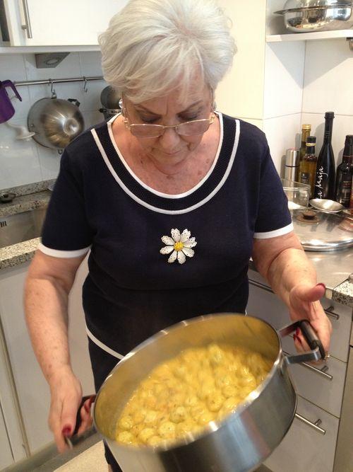 Anita Bensadón, en la cocina de su casa ligando con yema de huevo y limón unas finísimas albóndigas de pescado.