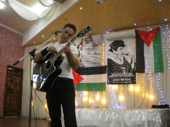 Navil durante un concierto en un campo de refugiados de Gaza